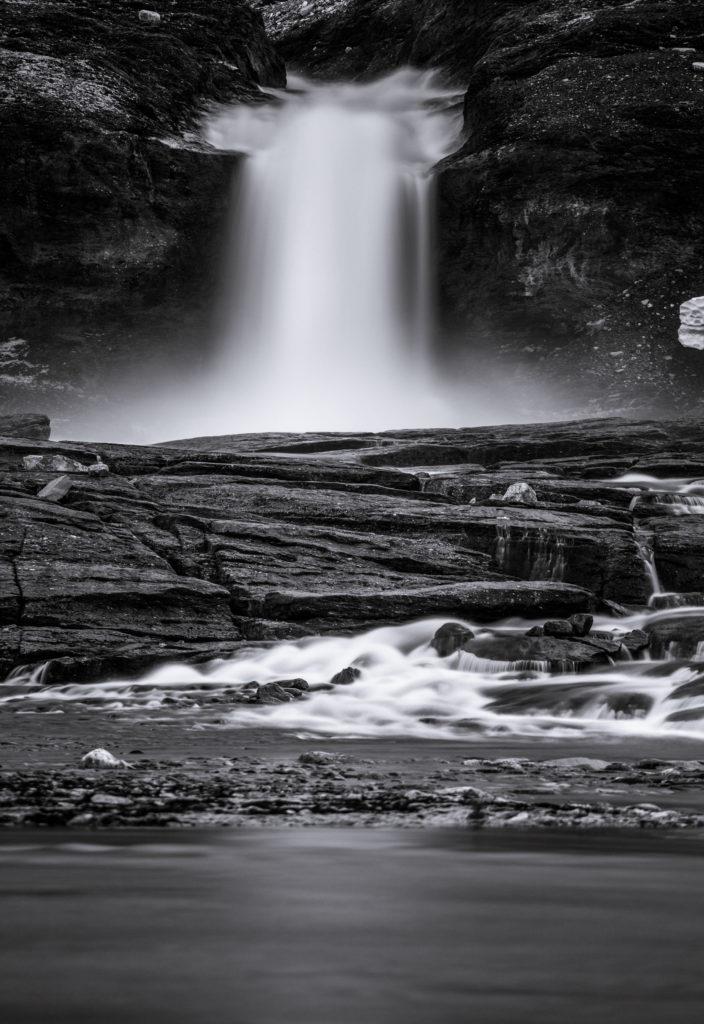 Wasserfall Langzeitbelichtung schwarzweiß