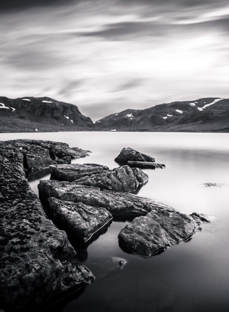 See Felsen schwarzweiß Hardangervidda
