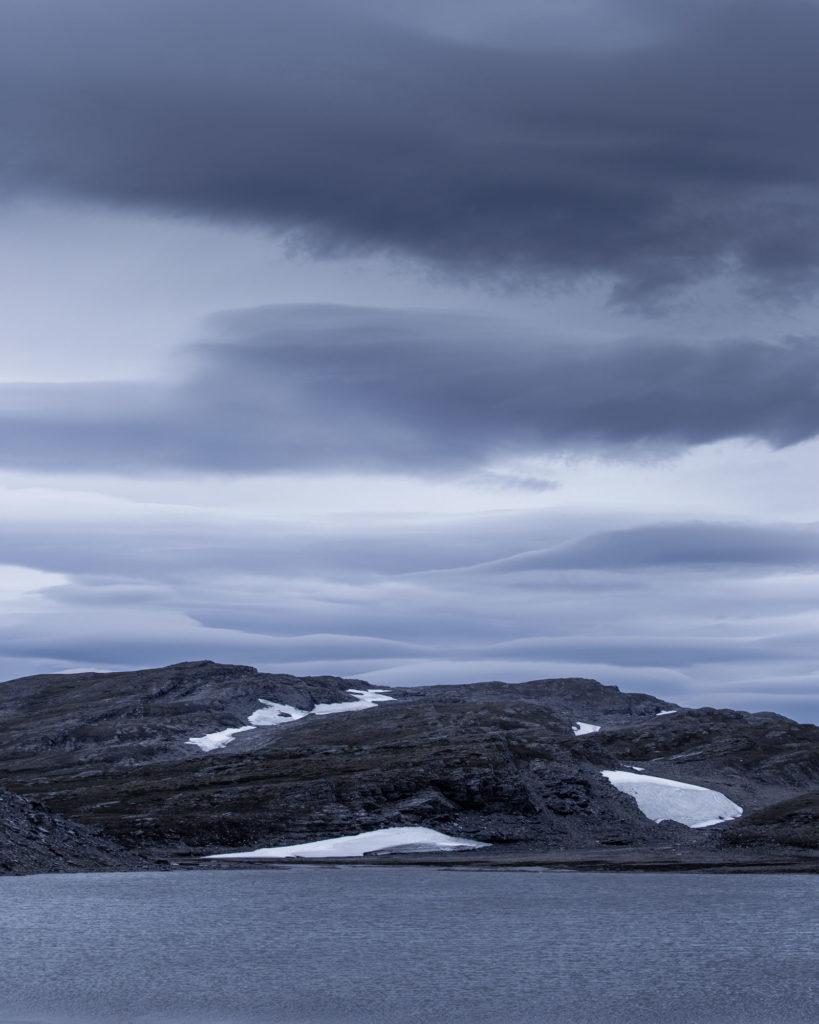 Karge Landschaft Felsen Schnee Wolken Wasser