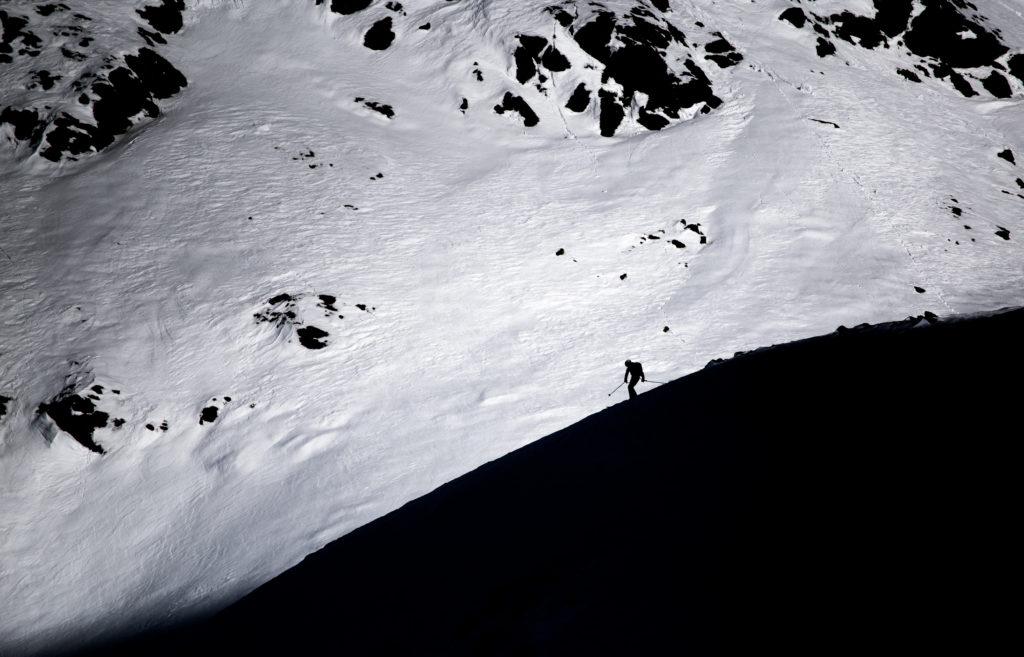 Abfahrt Ski schwarzweiß Sportfotografie im Schnee