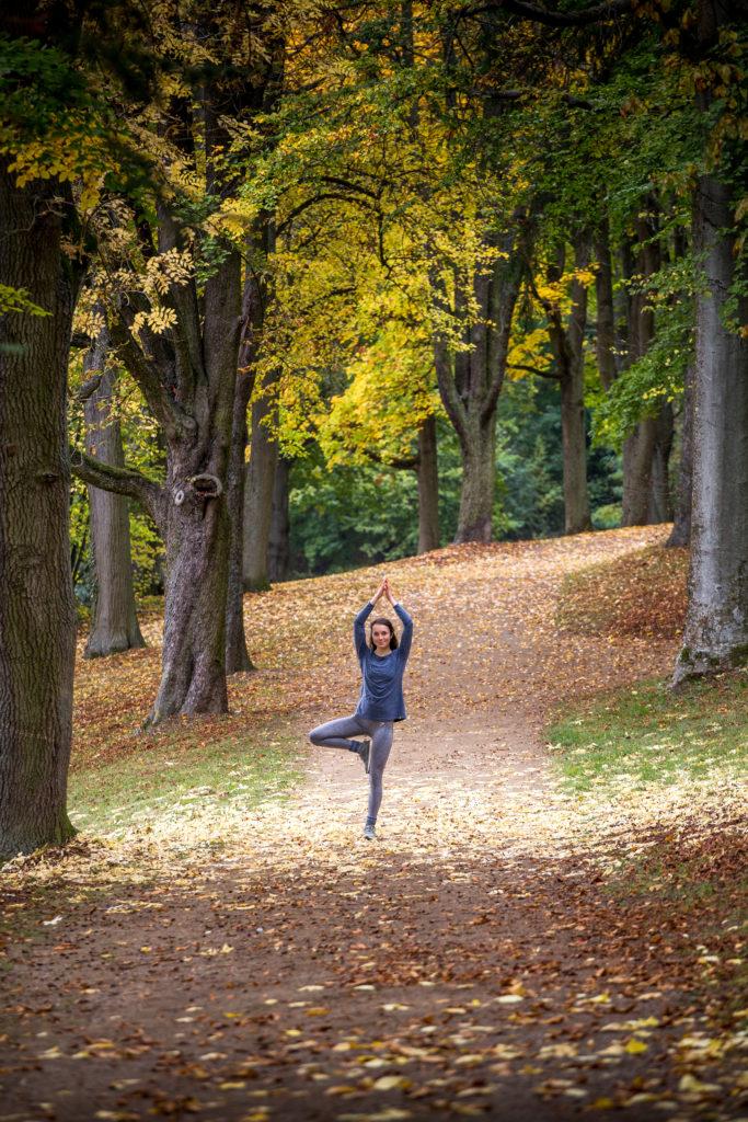 Yoga Tree Pose Herbstlaub