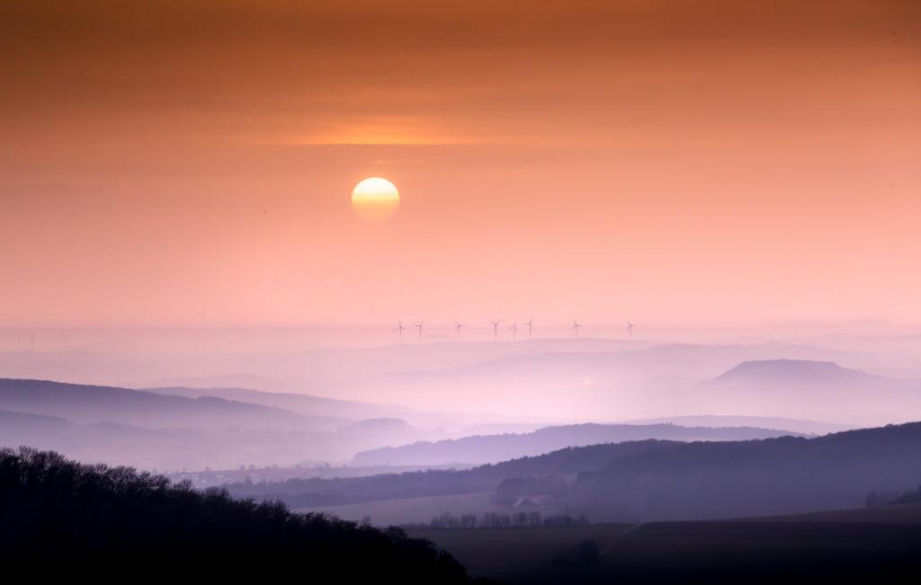 Sonne Saharastaub Windräder Dunst